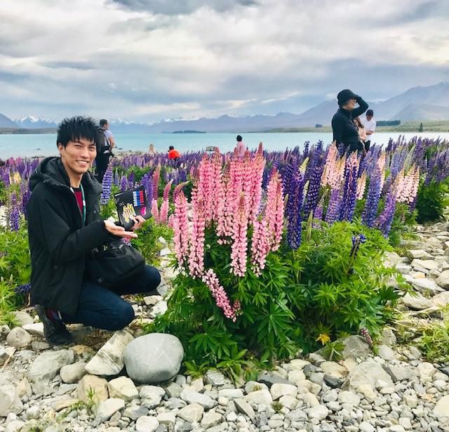 画像: ルピナスと弊社担当者/担当者撮影 花(ルピナス)は自然現象により見頃が異なる場合がございます。ご了承ください。
