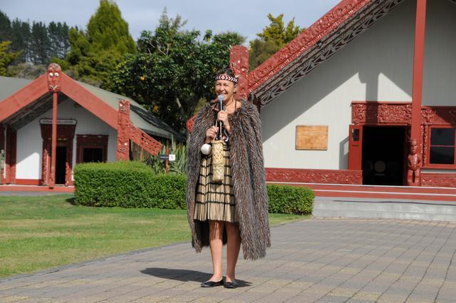 画像: 伝統的衣装を身にまとったマオリ族の女性(©滑田広志氏)