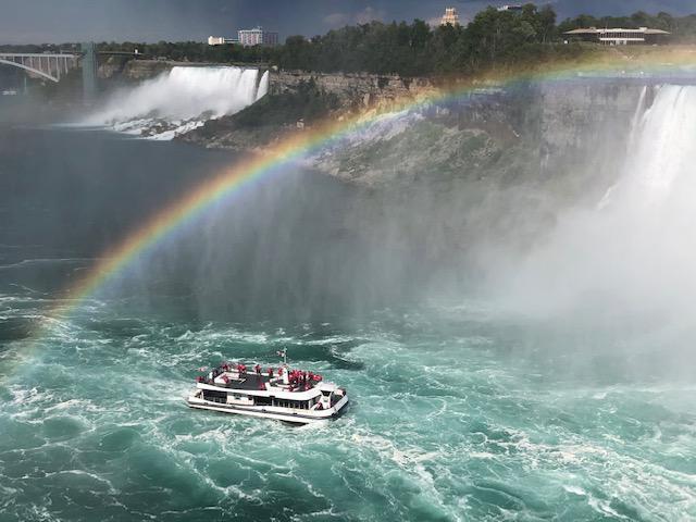 画像: 赤いポンチョを来た乗客も非常にまばらなクルーズ船/7/28撮影©showflex