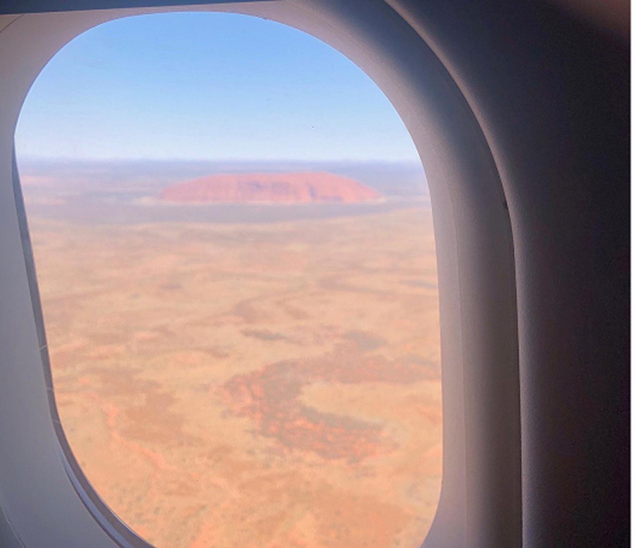 画像: 「さよなら、ウルル!」~飛行機の窓から見えるウルル~ (弊社スタッフ撮影)