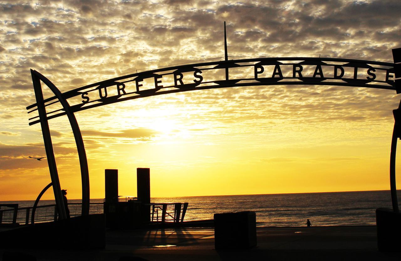 画像: 朝日と「写真スポット」のサーファーズパラダイスゲート(弊社添乗員撮影)