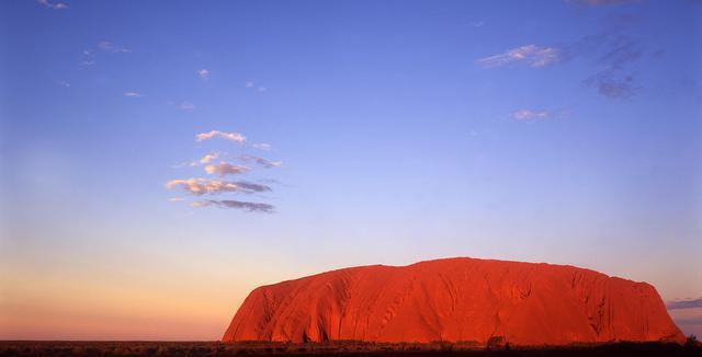 画像: 好天時には、夕日があたり真っ赤に染まるウルル(©オーストラリア政府観光局)