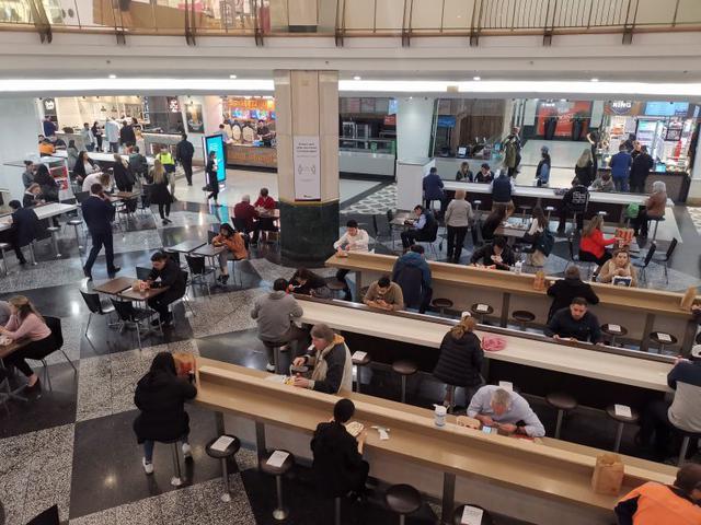 画像: シドニー市内の百貨店のフードコート。1.5メートルの物理的距離をとるためにカウンターの座席、テーブル数が調整されています。(8月上旬 現地スタッフ撮影)