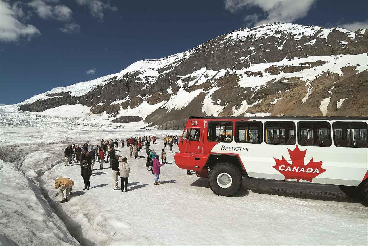 画像: 氷河に降り立つ観光客/©Travel Alberta