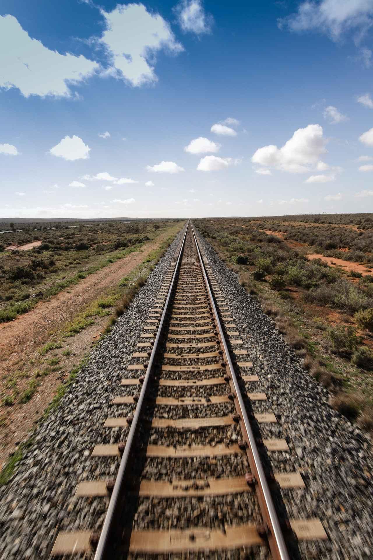 画像: 見渡す限り大平原の中をまっすぐ伸びる線路(イメージ)