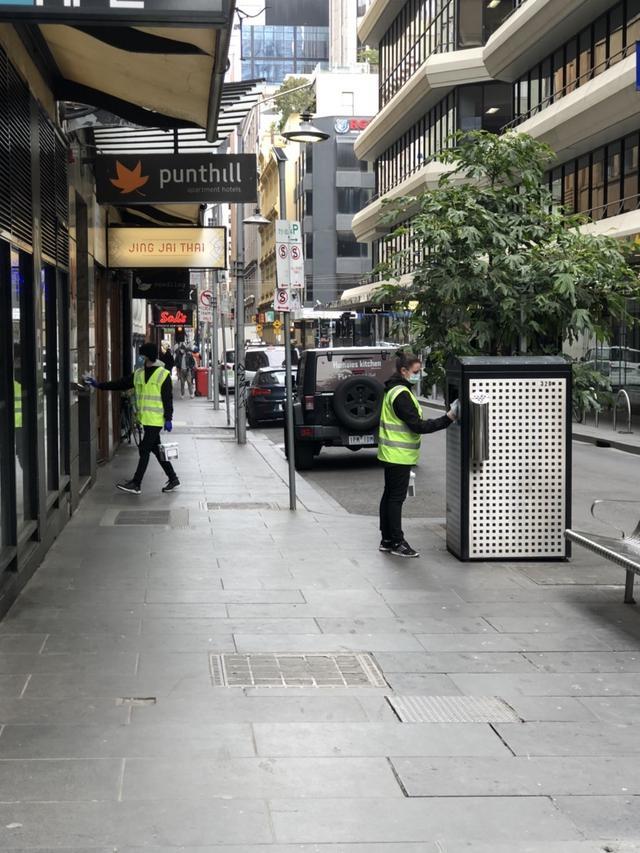 画像: 公共エリアを消毒されるスタッフの方たち(9月上旬 現地スタッフ撮影)