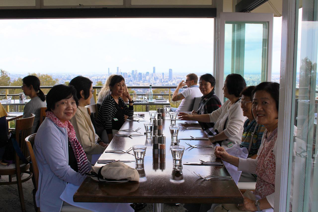 画像: ブリスベンの街を一望できる絶景レストランでのランチ(過去にご参加のお客様 弊社添乗員撮影)