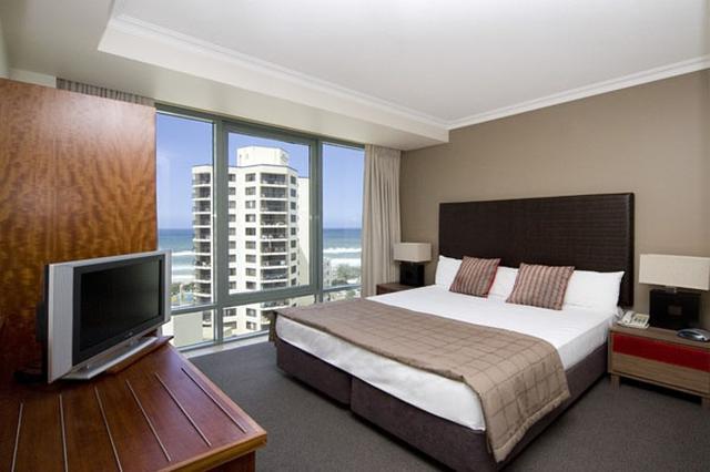 画像: 窓が大きく解放的で、コンパクトながら使い勝手の良いお部屋(一例イメージ/弊社添乗員撮影)