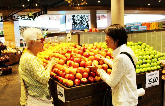 画像: カラフル山盛りのフルーツマーケット