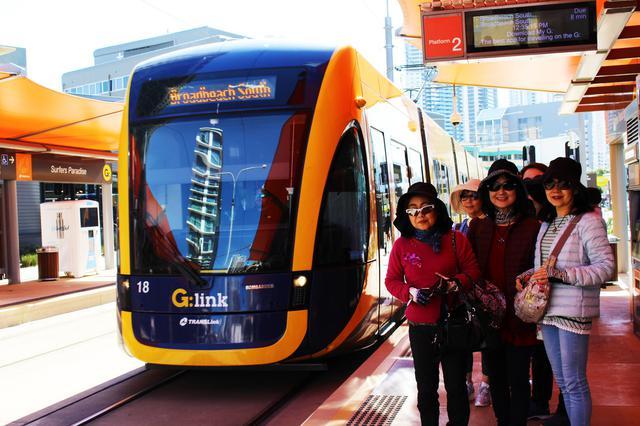 画像: 市民や観光客の足トラムに乗って