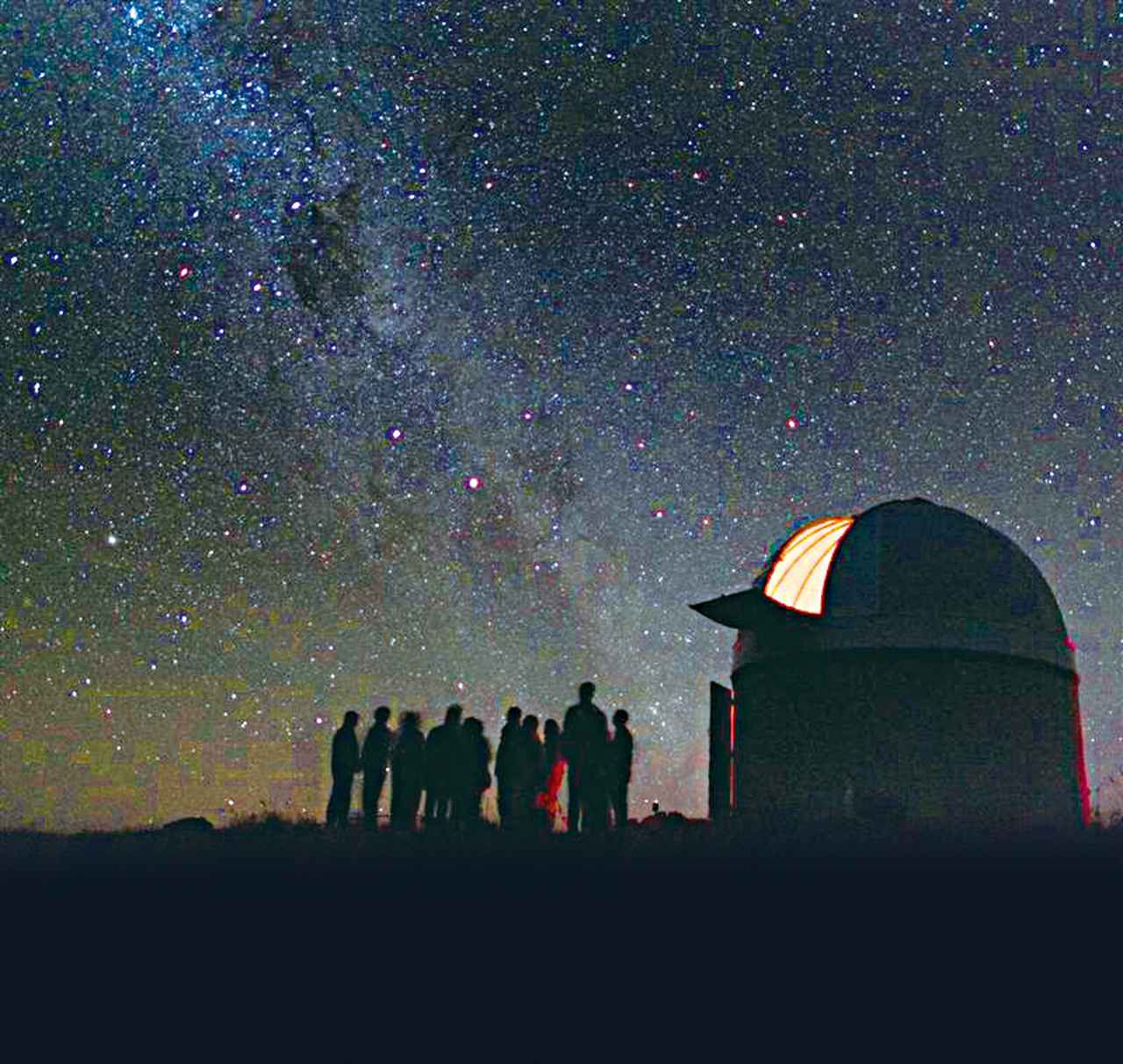 画像: 星空観賞ツアー天文台にて/目線より低い位置にもたくさんの星がご覧いただけます(イメージ) ※この写真の中には「逆さまの南十字座(南十字星)」が映ってますよ〜