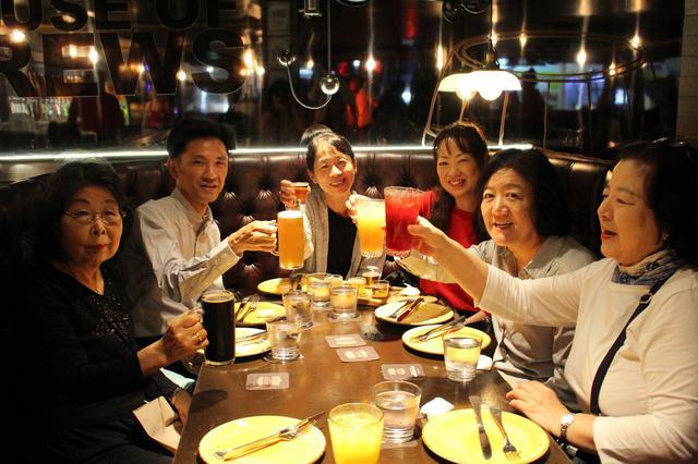 画像: みんなで乾杯!
