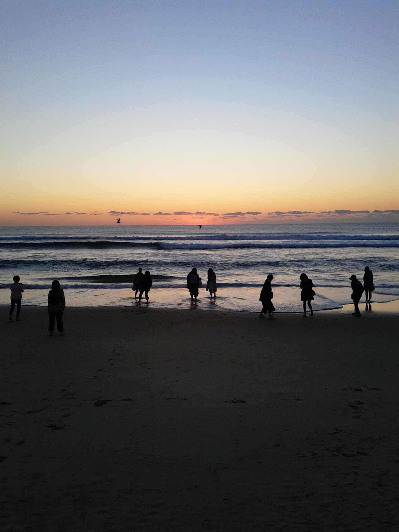 画像: 日の出前にビーチへ!空が染まってきました