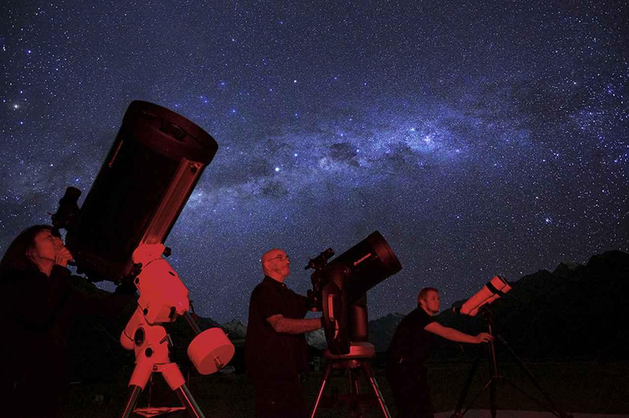 画像: 星空ツアーで大きな望遠鏡から観賞している様子(イメージ)