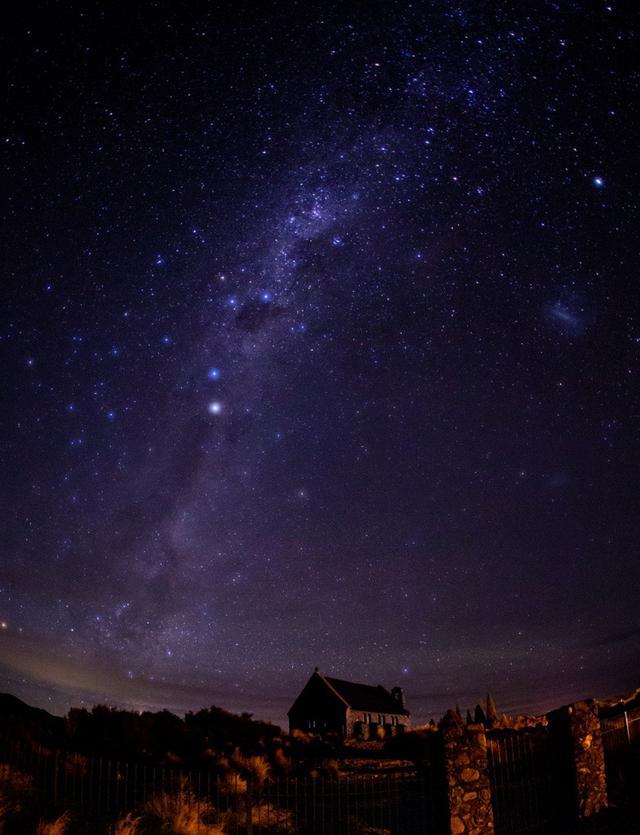 画像: テカポ湖の星空と「善き羊飼いの教会」(イメージ) ©2021 Hide Ozawa All Rights Reserved ※この星空の中には『南十字座(南十字星)』もきれいに映っています。見つけられますか?