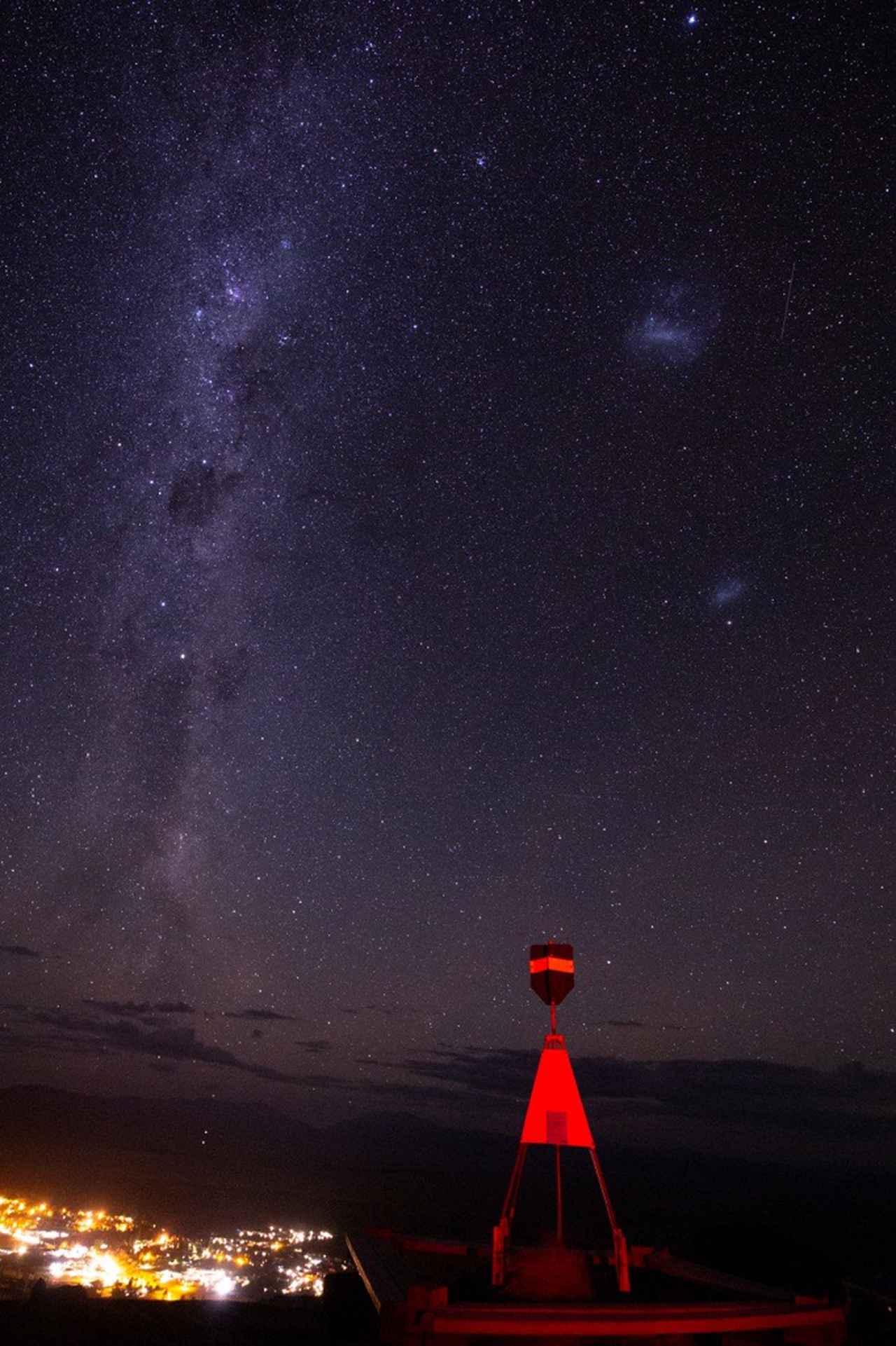 画像: マウントジョン天文台からの星空とテカポの街 ©2021 Hide Ozawa All Rights Reserved ※こちらにも『南十字座(南十字星)』!どれでしょう~?