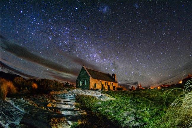 画像: お客様写真: 善き羊飼いの教会と星空 兵庫県在住 ペンネームDOBBY様 この辺りの開拓者の為に1935年に建てられた、おしゃれな石造りの小さな教会です。周辺はとても美しい絶景が広がっていることから、 絵葉書によく使われています 。