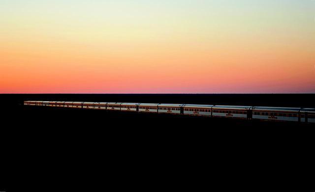 画像: 360度の地平線の中を走るインディアン・パシフィック号(©️Journey Beyond)