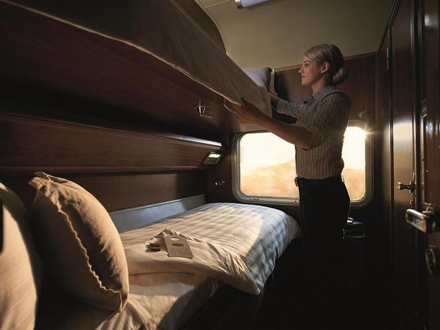 画像: ◀︎▲上質な3名がけのソファーは、ディナーの間に2段ベッドに。(1名利用の方は1段ベッドです) 枕を窓側にして、車窓から星空や朝日を眺めることがなんとも贅沢でおすすめです!