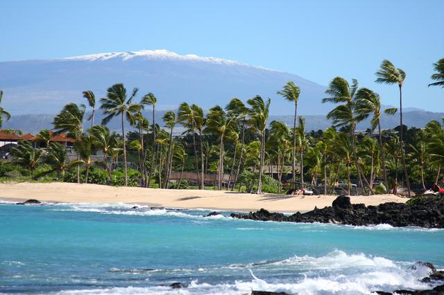 画像: 山頂が雪に覆われるマウナケア(イメージ)©ハワイ観光局 (HTA)  カーク・リー・アダー