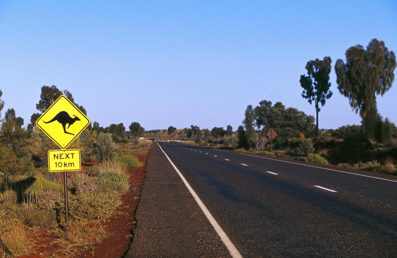 画像: 「カンガルー飛び出し注意!」の標識(©Tourism Australia)