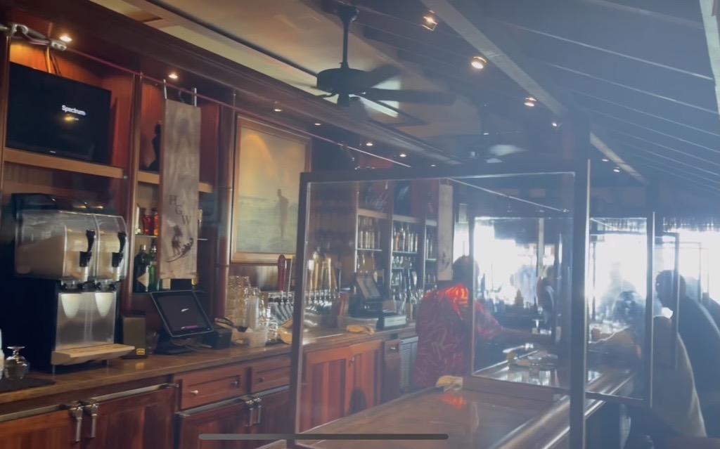 画像: フラグリルレストラン(飛沫対策のアクリル板、店内は座席間隔が広くしてある)