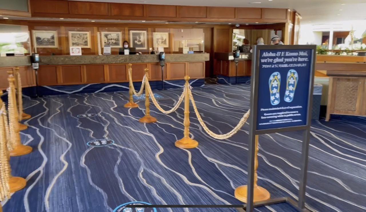 画像: ハイアットホテルのフロント(ソーシャルディスタンスのサインは、花柄のビーチサンダルでかわいい)