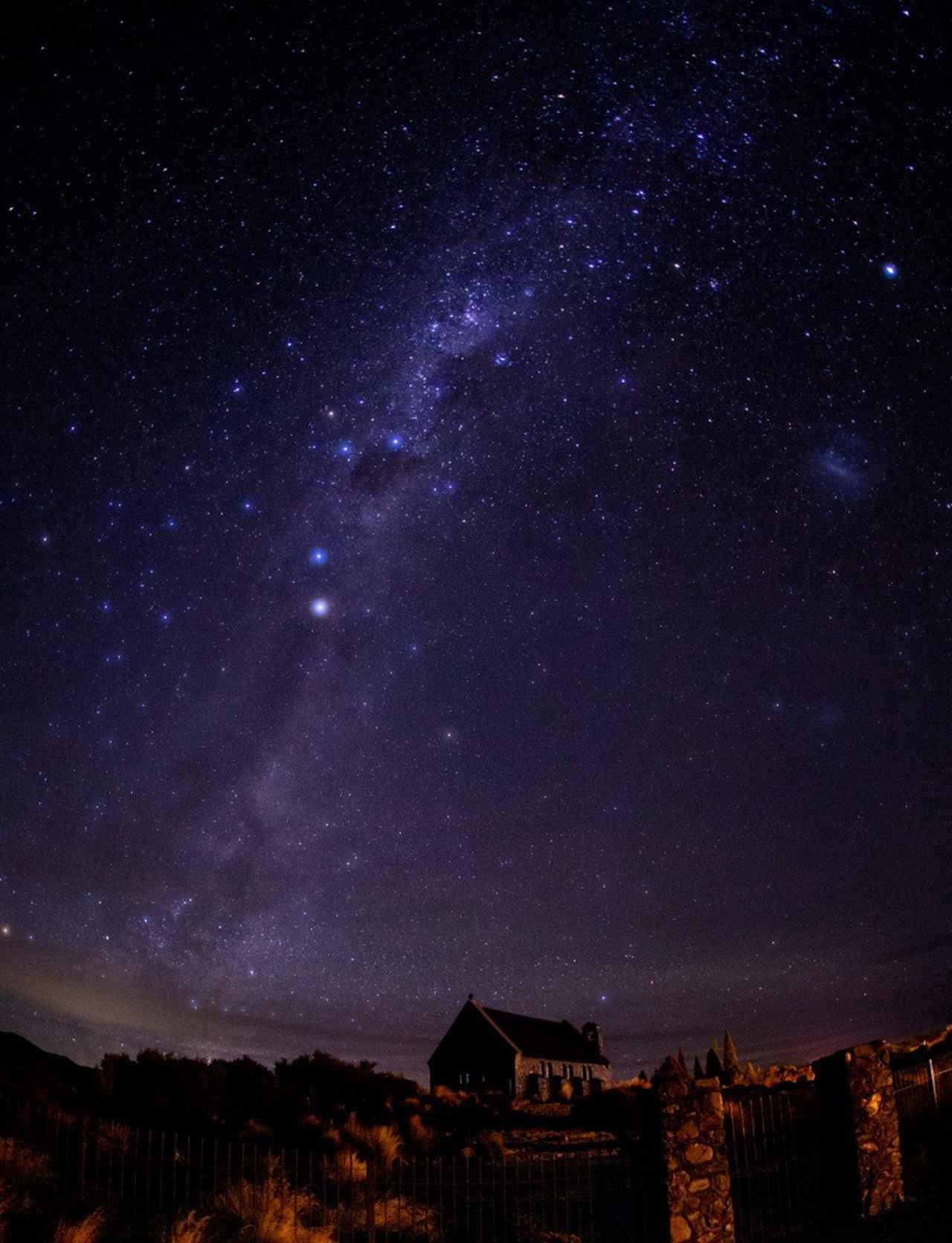 画像: 善き羊飼いの教会と満天の星©2021 Hide Ozawa All Rights Reserved