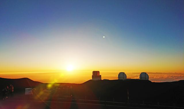 画像: ハマクアにあるハワイ諸島 最高峰マウナケアの山頂 雲海に沈む夕日と星空を楽しむツアーが人気 (撮影:YUKO)