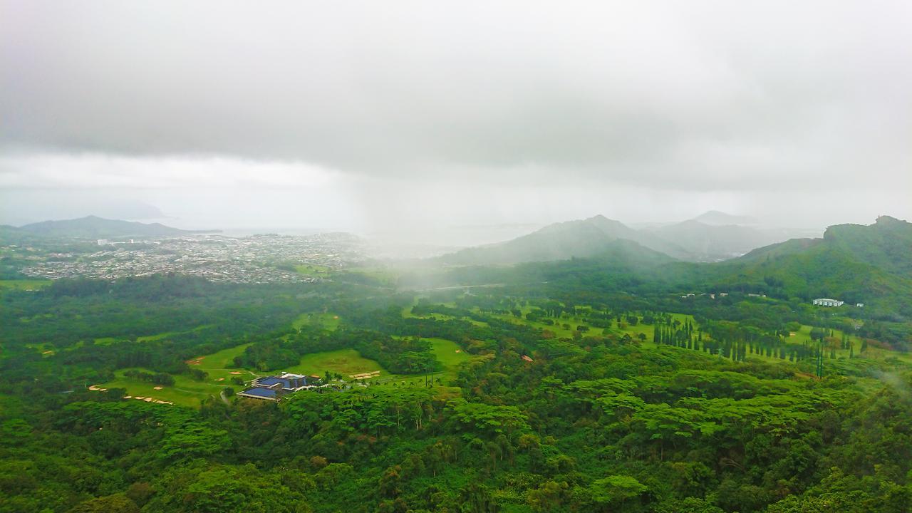 画像: 東オアフを一望できるヌアヌ・パリ展望台からの眺め 雨具必携です   (撮影:YUKO)