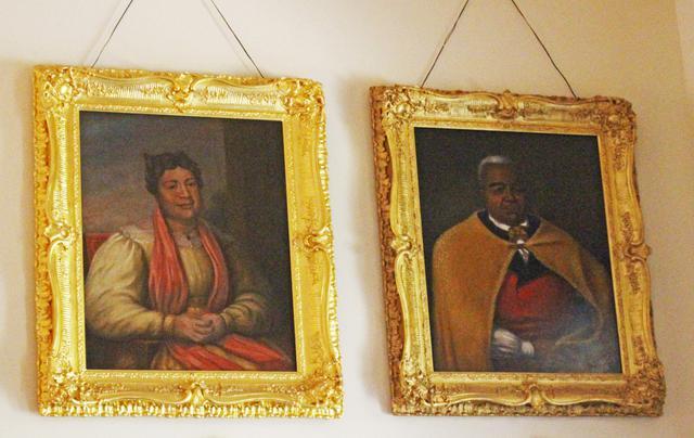 画像: イオラニ宮殿の大広間に飾られているカメハメハの肖像画 左はお后の一人ケカーウルオヒ (撮影:YUKO)