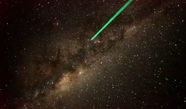 画像: 「天の川」の中の星座を、レーザーポインターを使いご紹介中(イメージ) ※白っぽく見えているところも、明るく見えているところも、すべて星です!
