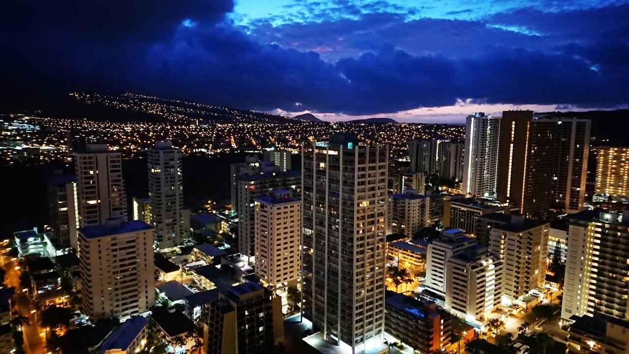 画像: ハイアット リージェンシー ワイキキビーチホテルの部屋からの眺め 山側は夜景が美しい (撮影:YUKO)