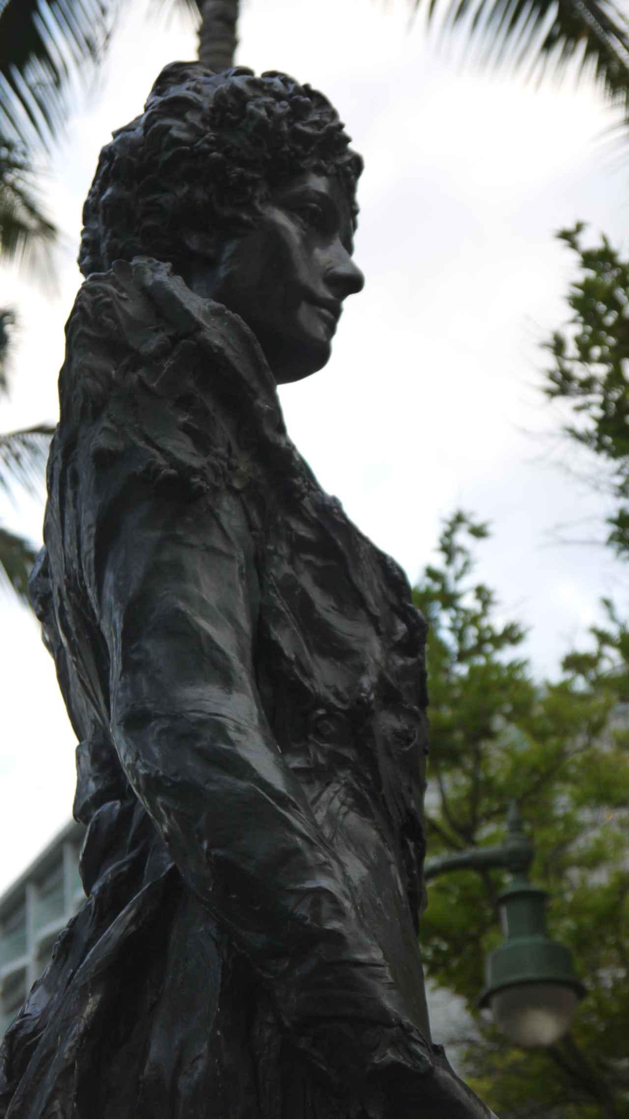 画像: ワイキキのPrincess Kaʻiulani Triangle Parkに建つカイウラニ王女の像 (撮影:YUKO)