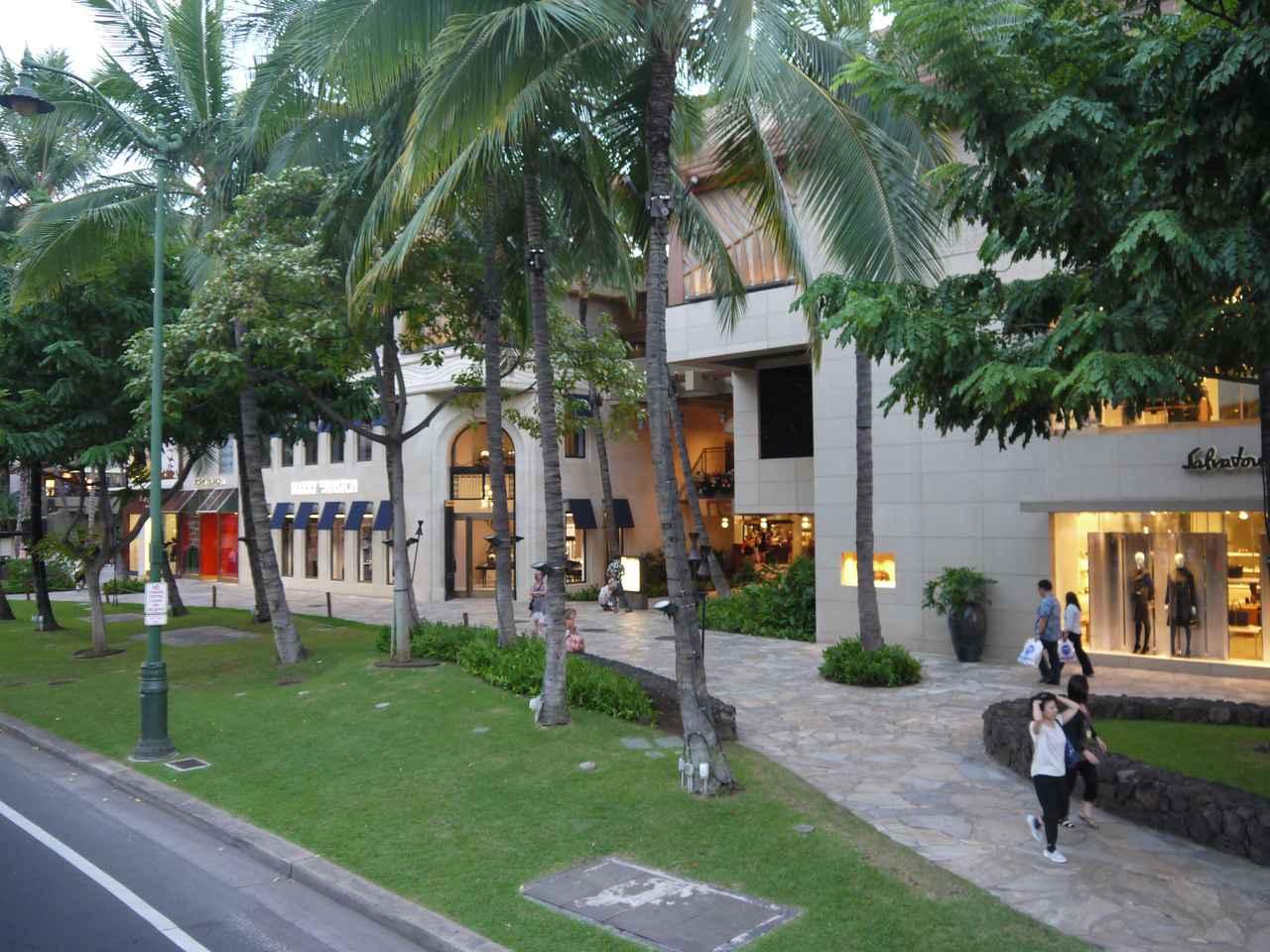 画像: 王室に残されたワイキキの土地 カラカウア通りの顔・ロイヤル・ハワイアン・センター 現在も王家の財産を相続したパウアヒが創設したビショップ財団が管理しています(撮影:YUKO)
