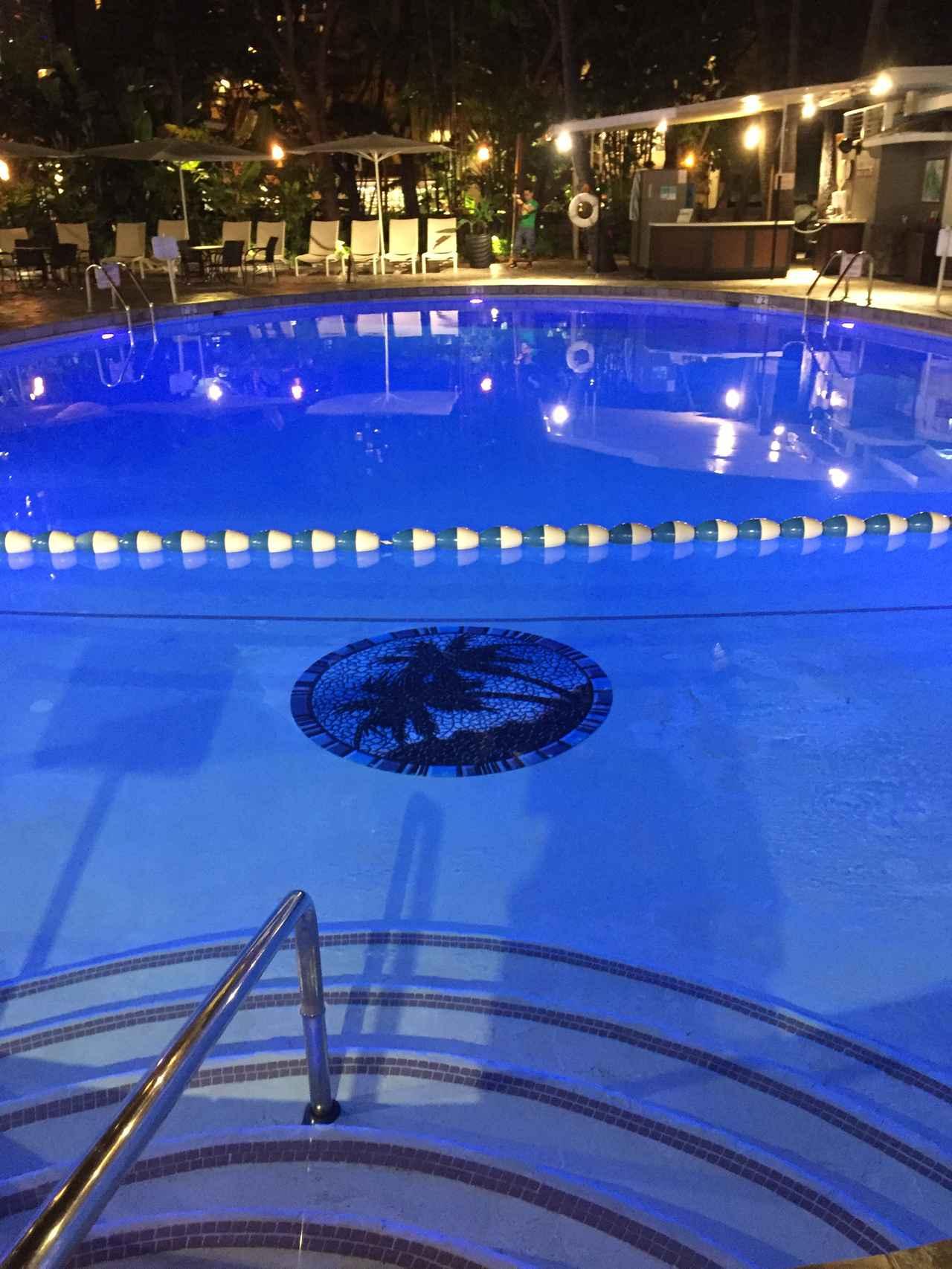 画像: シェラトン・プリンセス・カイウラニ・ホテルのライトアップされたプール プールを抜けると目の前はカラカウア通りです (撮影:YUKO)