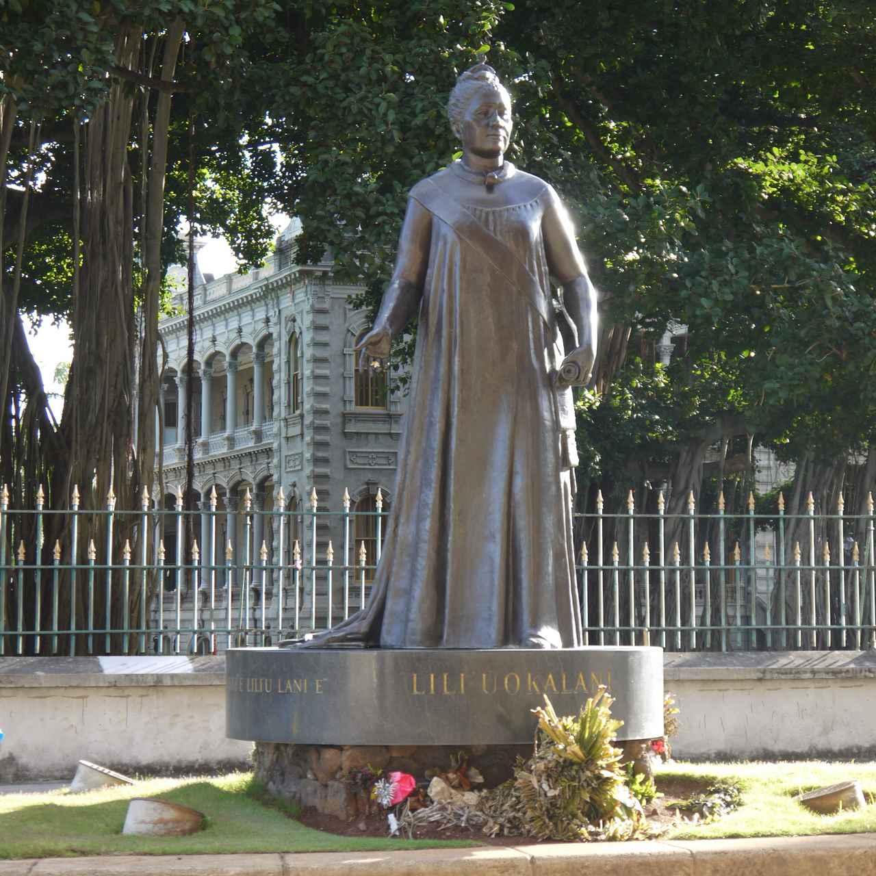 画像: リリウオカラニの像はハワイ州庁舎の裏にイオラニ宮殿に背を向けてひっそりと立っています (撮影:YUKO)