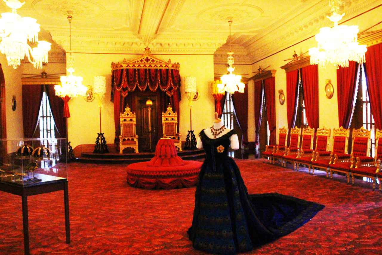 画像: イオラニ宮殿 王座の間 ここで宮中舞踏会がよく開かれてました 「ゆとりのハワイ」ツアーはイオラニ宮殿内部を日本語ガイドの案内で楽める貴重なツアーでした(撮影:YUKO)