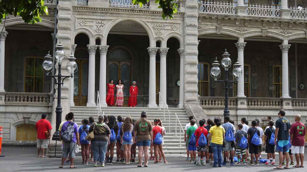 画像: イオラニ宮殿でハワイの歴史や文化を学ぶ子供たち(撮影:YUKO)