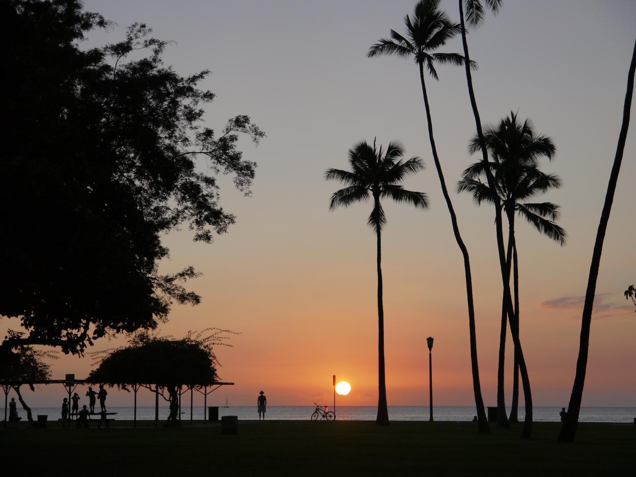 画像: 冬の間はワイキキビーチの正面にまっすぐ落ちてゆく夕日 12月初旬の落日 (撮影:YUKO)