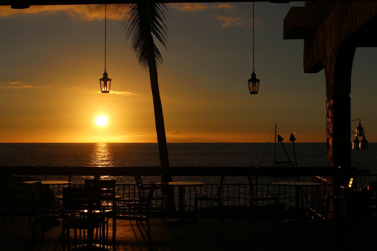 画像: ハワイ島のコナも夕日の景勝地として有名 マンタに会えるシェラトン・コナ・リゾートホテルのレストラン「レイズ・オン・ザ・ベイ」(撮影:YUKO)