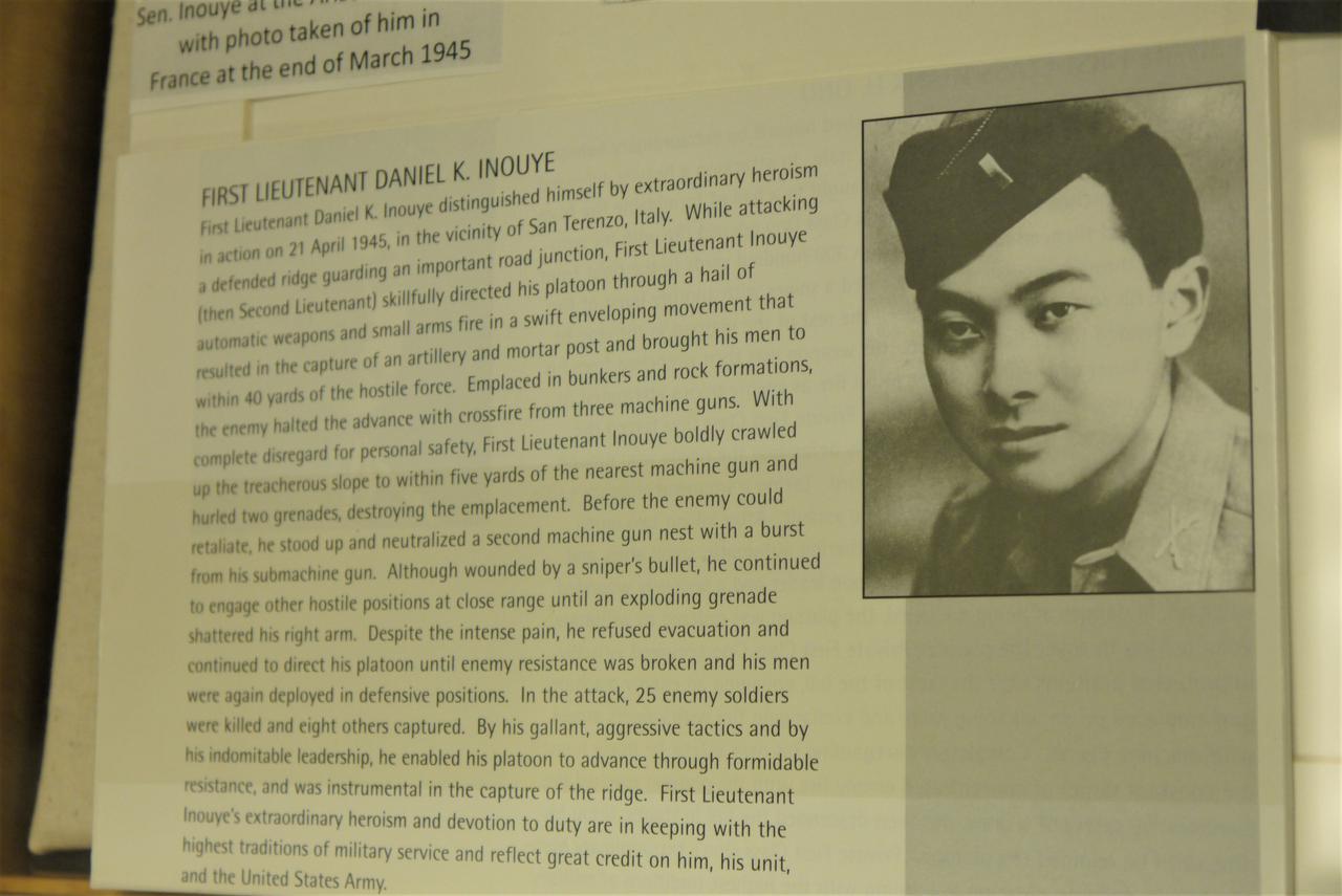 画像: ハワイ大学のハミルトン・ライブラリーに展示された兵役中のダニエル・K・イノウエの写真(撮影:YUKO)