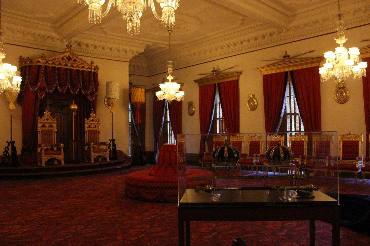 画像: ハワイ共和国によって王国が転覆した後、イオラニ宮殿の家具や絨毯まではがされ競売にかけられ多くのものが世界中に散逸してしまいました。政府と王室の財産目録や、競売一覧をもとに一つ一つ取り戻し、行方のわからない品々を今も捜しています。時にはイギリスやカナダからも見つかるそうです。(撮影:YUKO)