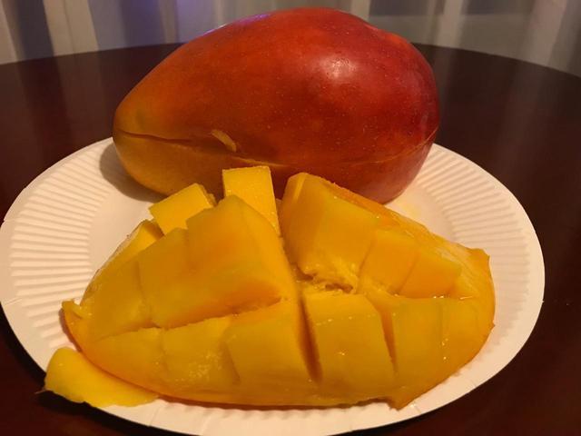 画像: ホテルでマンゴーを頬張りました!笑