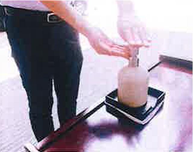 画像: ホテル入り口に設置されている消毒液にて手指の消毒