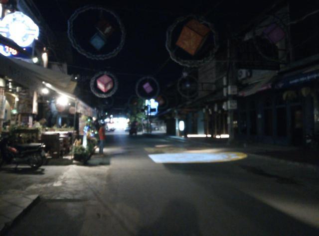 画像: (普段は賑わいを見せるパブストリートも人影はまばら/6月末現地スタッフ撮影)