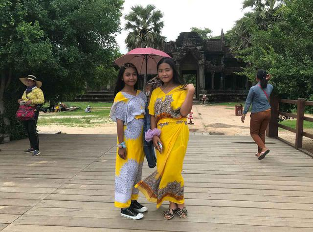画像: (アンコールワットに遊びに来た民族衣装を着た女の子達/6月末現地スタッフ撮影)