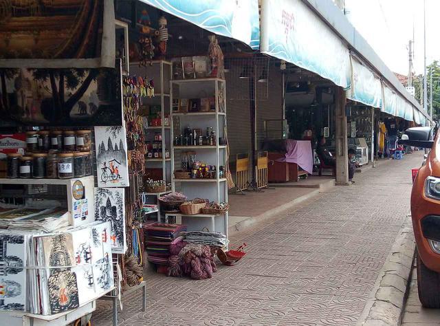 画像: (民芸品店が立ち並ぶオールドマーケットはまだ閉まっているお店もある/6月末現地スタッフ撮影)