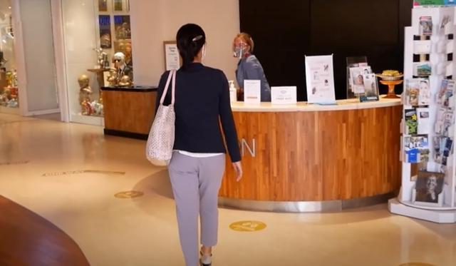 画像: スタッフもフェイスシートを着用し皆様をお待ちしております 現地手配会社「APEX」提供(7月6日撮影)