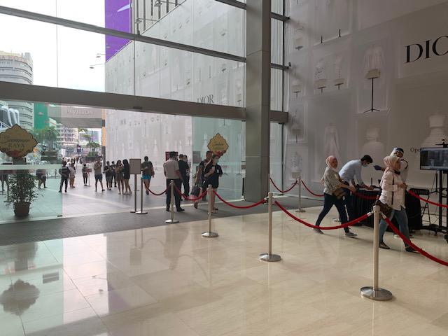 画像: ~個人情報を入れ込んだ方は建物内に入場です(混雑時は入場規制) 入口には自動検温機が設けられています~ 弊社現地スタッフ撮影[7月21日]